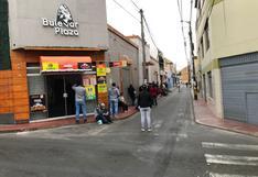 Ciudadanos hacen cola para recoger su DNI el día de las elecciones