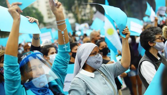 Manifestantes sostienen pancartas durante una manifestación contra el aborto frente al edificio del Congreso Nacional, en Buenos Aires, Argentina. (REUTERS/Matias Baglietto).