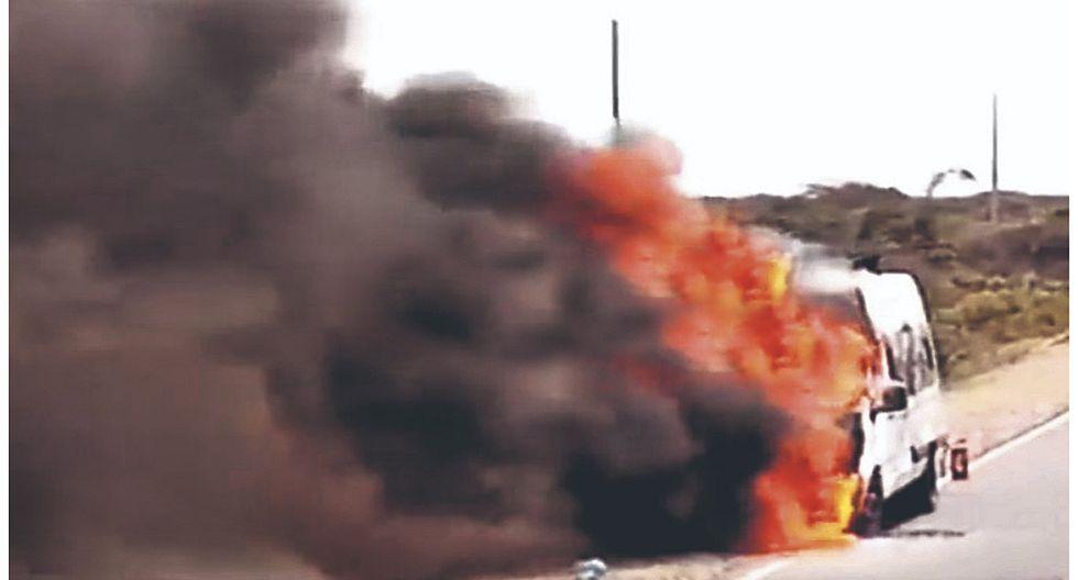 Miniván se incendia y 15 pasajeros se salvan de morir