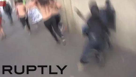 Policía choca contra pared al intentar atrapar a manifestante en topless (VIDEO)