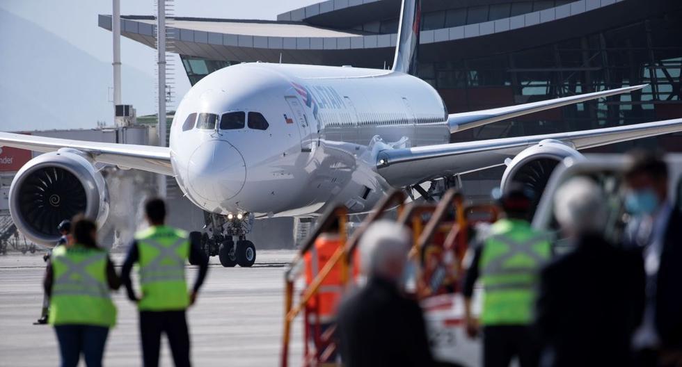 Imagen referencial. Operarios aeroportuarios descargan el contenedor de vacunas del laboratorio chino Sinovac. (EFE/ Alberto Valdes).