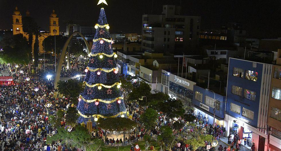 Inician los festejos navideños con el encendido del árbol