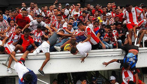 Caída de una baranda deja tres heridos en presentación de futbolista (VIDEO y FOTOS)