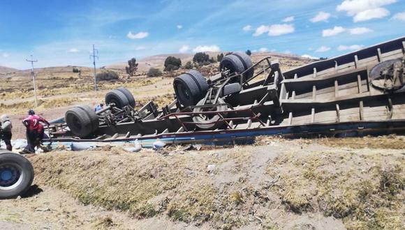Pesada unidad vehicular terminó con los neumáticos hacia arriba. (Foto: Difusión)