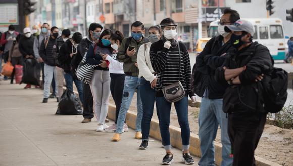 Todos los ciudadanos que formaban colas cumplían con el distanciamiento social para evitar contagios de COVID-19. (Foto: Anthony Niño de Guzmán/ GEC)