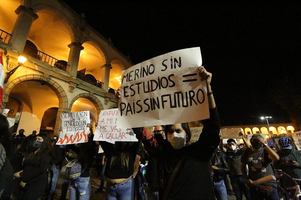 Multitudinaria protesta en Arequipa abarrotó la Plaza de Armas