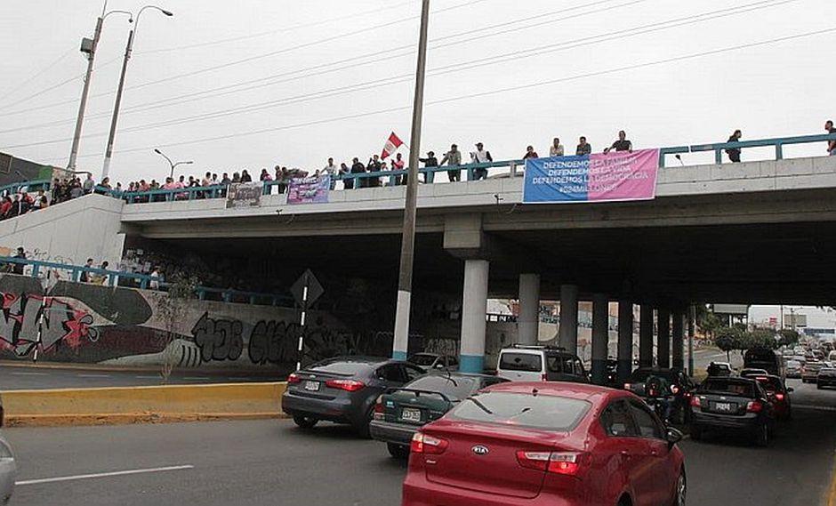 """""""Con mis hijos no te metas"""": Piden defender la democracia con carteles en la capital"""