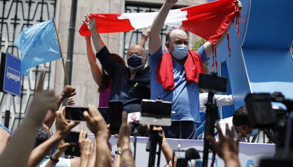 Hernando de Soto tomó la palabra en el plantón frente al JNE (César Bueno)