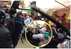 A golpes policía municipal desaloja a comerciantes que ocupaban veredas de mercado clausurado (VIDEO)