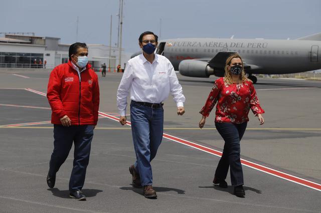 Martín Vizcarra al llegar a Trujillo para inspeccionar la Villa EsSalud Virú. Foto: Presidencia.
