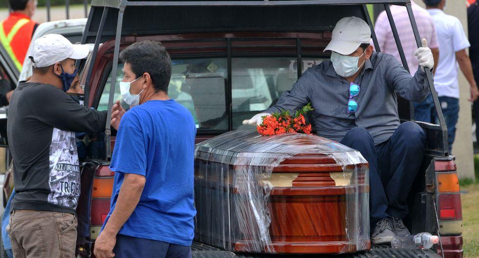 Familiares de una víctima del nuevo coronavirus arriban al cementerio Parque de la Paz en Guayaquil. (AFP / José SÁNCHEZ / Referencial).