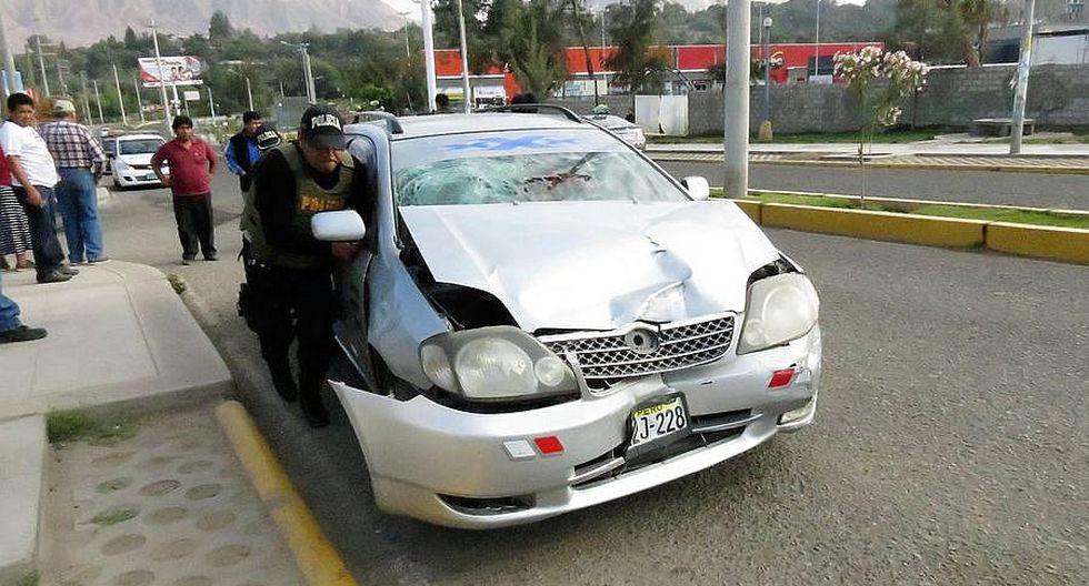 Un herido deja choque entre taxi y combi con pasajeros