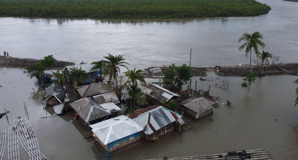Esta vista aérea muestra casas inundadas después de que una presa se rompiera después de la llegada del ciclón Amphan en Shyamnagar, India, el 21 de mayo de 2020. (AFP / Munir uz Zaman)
