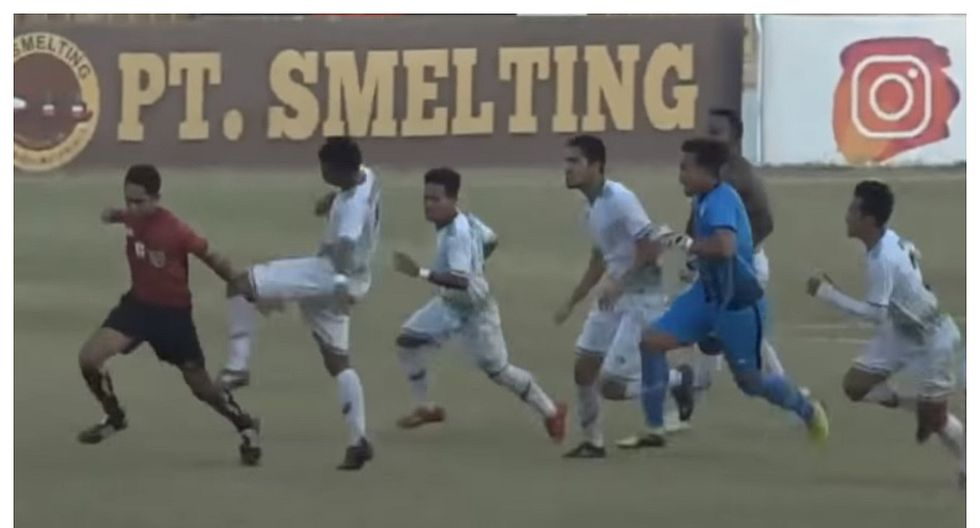 Árbitro fue víctima de una brutal golpiza por cobrar un penal  (VIDEO)