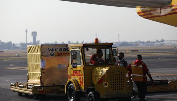 Fotografía del desembarque con las primeras vacunas contra la COVID-19, procedentes de Bélgica, al aeropuerto Internacional de La Ciudad de México. (EFE/Sáshenka Gutiérrez).