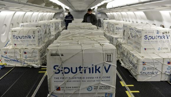 Contenedores con parte de un envío de vacunas Sputnik V contra el coronavirus COVID-19 en la cabina de un avión de Aerolíneas Argentinas a su llegada desde Rusia. (Foto: AFP).