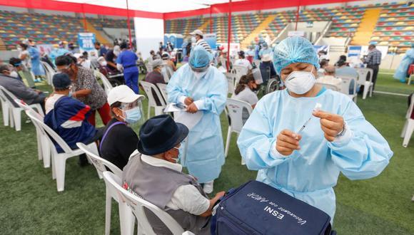 La mayoría de vacunas contra el coronavirus deben ser aplicadas en dos dosis y muchos se preguntan qué no deben hacer tras recibir el primer pinchazo. (Foto: Andina)