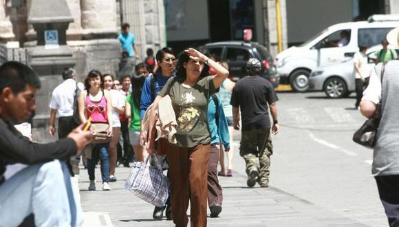Recomiendan protegerse de los rayos solares