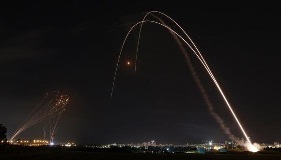 El sistema de defensa aérea Iron Dome de Israel se lanza para interceptar un cohete lanzado desde la Franja de Gaza, controlado por el movimiento palestino Hamas, sobre la ciudad de Ashdod, en el sur de Israel, el 11 de mayo de 2021. (Foto: Menahem KAHANA / AFP)
