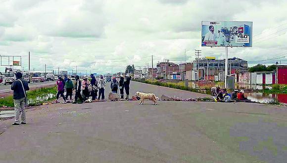 Vecinos bloquean carretera por inundaciones en Juliaca