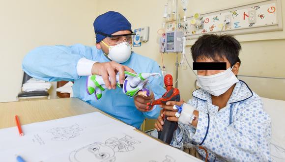 Menor jugando por trabajador de salud del INSN San Borja. | Foto: Cortesía.