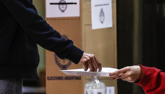 Una persona vota durante la jornada de elecciones primarias hoy, en Buenos Aires (Argentina).  (Foto: EFE/ Juan Ignacio Roncoroni)