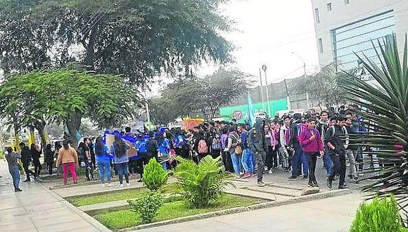 Universitarios protestan por demoras en licenciamiento
