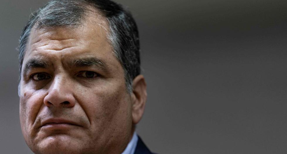 En esta foto de archivo tomada el 9 de octubre de 2019, el expresidente de Ecuador (2007-2017) Rafael Correa hace un gesto durante una conferencia de prensa en Bruselas. (AFP/Kenzo TRIBOUILLARD).