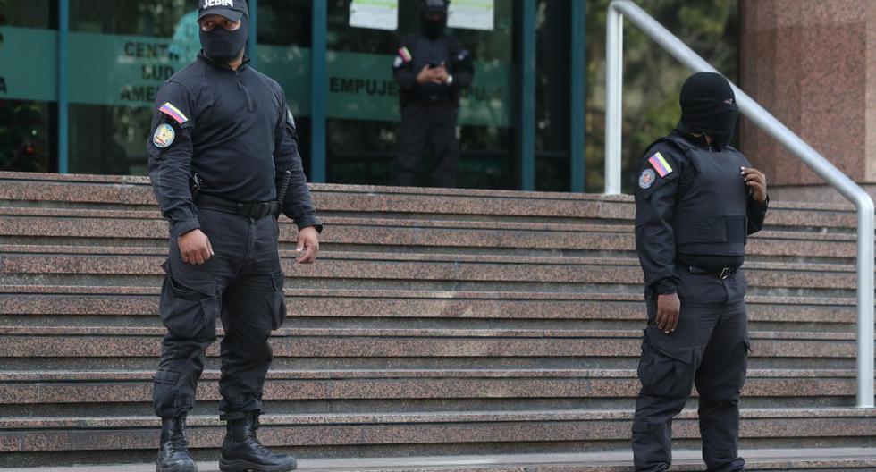 Integrantes del Servicio Bolivariano de Inteligencia Nacional (Sebin) vigilan las afueras de la oficina de Juan Guaidó, a quien casi 60 países reconocen como presidente interino de Venezuela. (EFE).