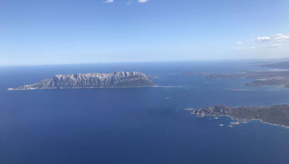 Una vista aérea muestra la isla italiana de Tavolara, frente a Cerdeña, el 20 de setiembre de 2017. (Daniel SLIM / AFP).