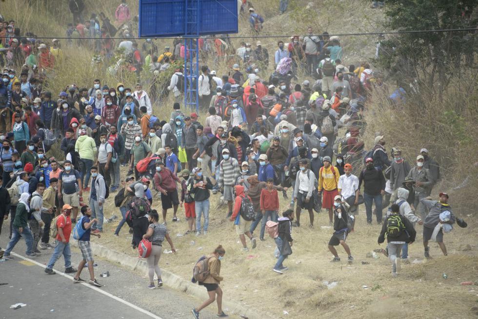 Miles de migrantes que ingresaron a pie al este de Guatemala, en su viaje desde Honduras hacia Estados Unidos, fueron frenados este domingo por la policía, que les lanzó gas lacrimógeno, y por militares que aporrearon a quienes insistían en avanzar por la fuerza. Las fuerzas de seguridad cercaron a los migrantes en una carretera del poblado de Vado Hondo, en el departamento de Chiquimula, frontera con Honduras. Según cifras de la policía, hasta este lugar han llegado al menos 6.000 de las 9.000 personas que se estima que ingresaron a Guatemala. (Foto: Johan ORDONEZ / AFP)