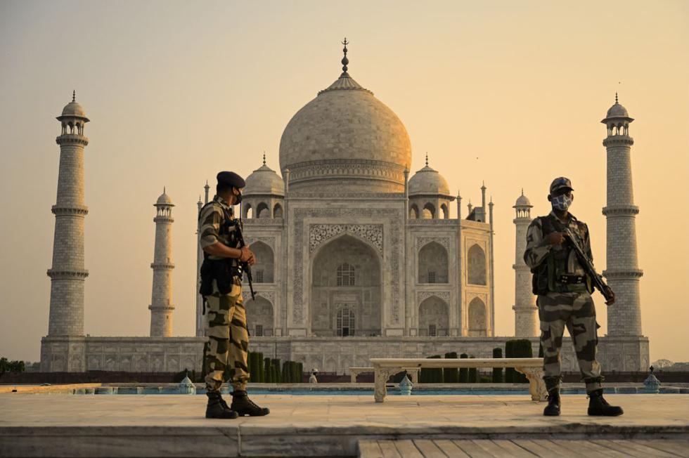 Soldado patrulla el terreno en el Taj Mahal después de que reabrió a los visitantes luego de que las autoridades aliviaron las restricciones del coronavirus en Agra (India), el 16 de junio de 2021. (Money SHARMA / AFP).