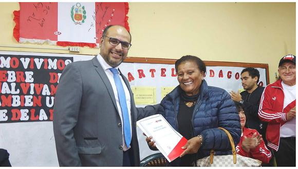 'Doña Peta' pide a maestros que no dejen sin clases a los alumnos (FOTOS)