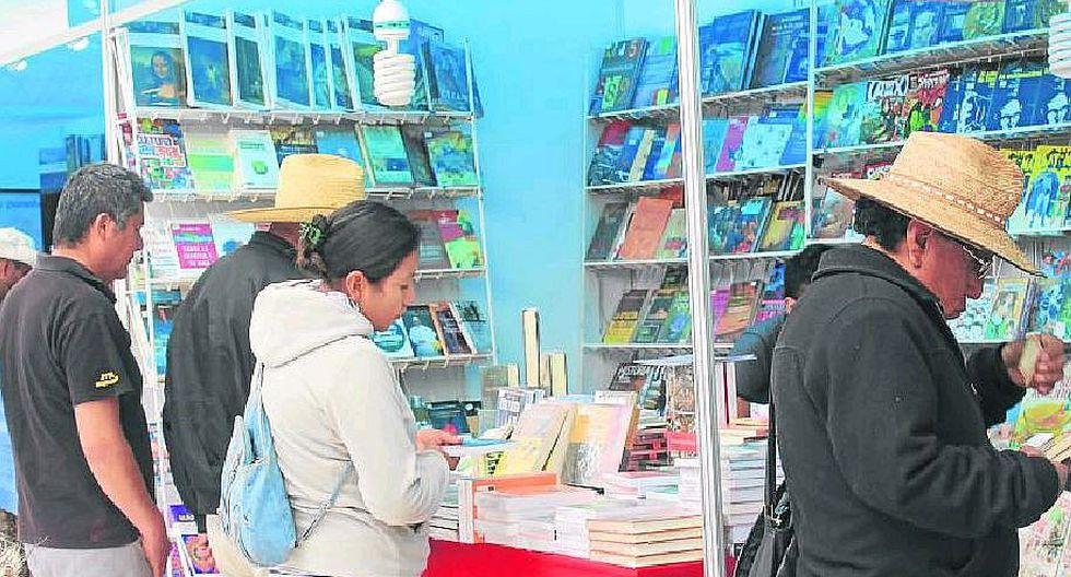 Puneños demuestran su apego a la buena lectura en la feria de Libro