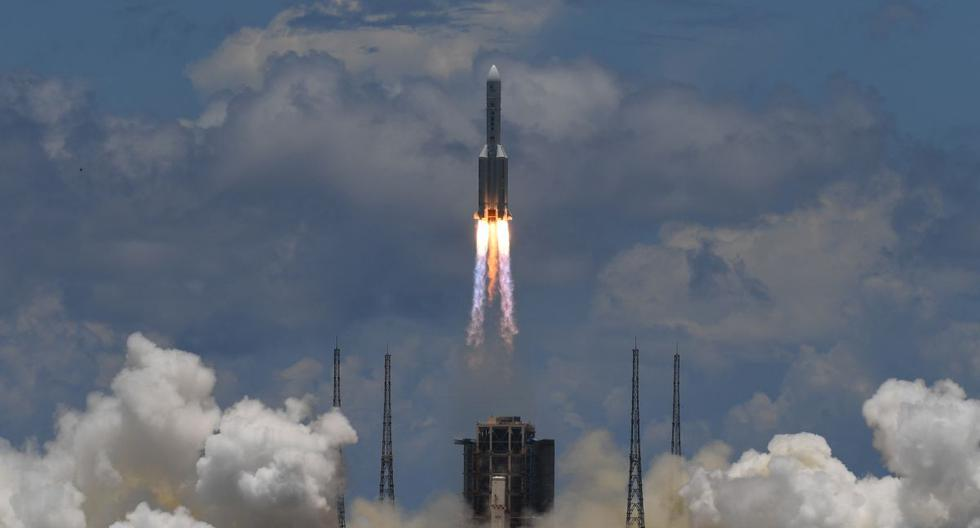 Un cohete Long March-5, que lleva un orbitador, un módulo de aterrizaje y un rover como parte de la misión Tianwen-1 a Marte, despega del Centro de Lanzamiento Espacial Wenchang en la provincia de Hainan, en el sur de China, el 23 de julio de 2020. (Noel CELIS / AFP).
