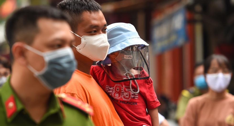 Imagen referencial. Los residentes esperan ser examinados en un centro de pruebas rápidas improvisado en Hanoi (Vietnam), el 31 de julio de 2020. (Nhac NGUYEN / AFP).