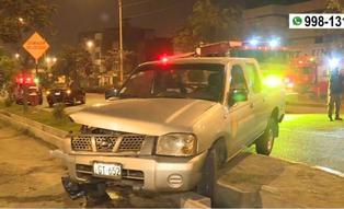 Accidente entre camión de carga y vehículo de la Fiscalía deja dos mujeres heridas en Ate