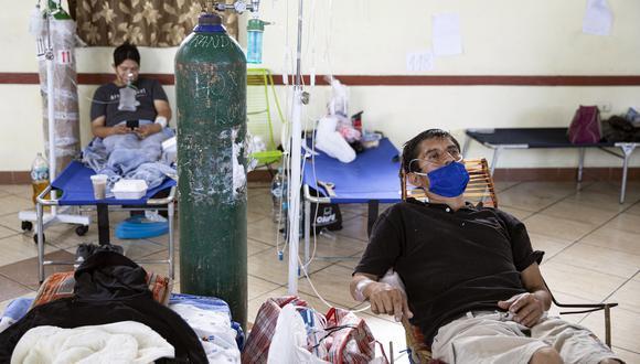 Pacientes con coronavirus respiran con la ayuda de oxígeno en el hospital regional de Iquitos, la ciudad más grande de la Amazonía peruana.   Foto: Ginebra PENA / AFP