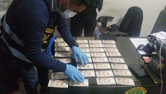 Policías realizaron las pericias para comprobar la falsedad de las monedas en papel