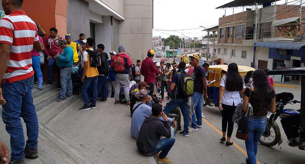 Cientos de venezolanos realizan largas colas para retirar dinero y comprar pasajes