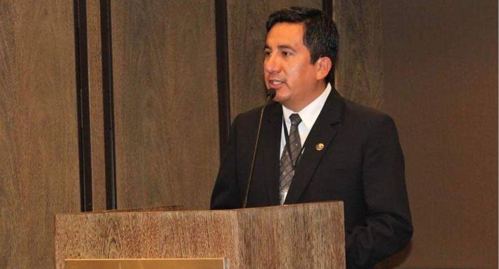 Omar Merino, presidente de la Comisión de Salud del Congreso de la República, en una conferencia.