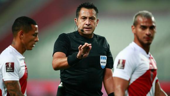 Julio Bascuñán en medio de la polémica del Perú vs. Brasil. (Daniel Apuy/AFP)