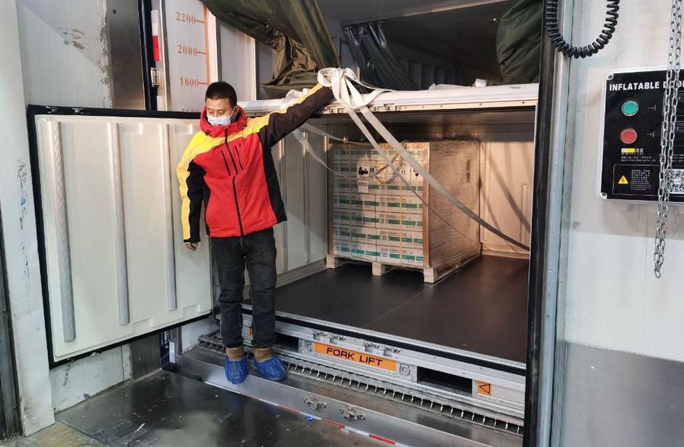 El presidente Francisco Sagasti informó este viernes que ya se concretó el embarque de 300 mil dosis del primer lote de vacunas contra el coronavirus del laboratorio chino Sinopharm al Perú. (Foto: @presidenciaperu/Twitter)
