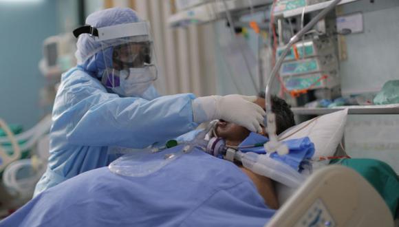 Trabajadores de la salud atienden nuevos pacientes covid-19 dentro de la Unidad de Cuidados Intensivos del Hospital Alberto Sabogal en el Callao (Perú). Foto: EFE/ Luis Ángel González