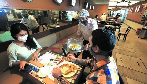 """""""Los restaurantes que aún siguen operando hoy en día, hacen malabares para sobrevivir. muchos han optado por cerrar sus operaciones en salón y han adaptado cocinas ocultas"""", comenta Jimena Agois, fotógrafa y periodista gastronómica. (Foto: Alessandro Currarino / GEC)"""