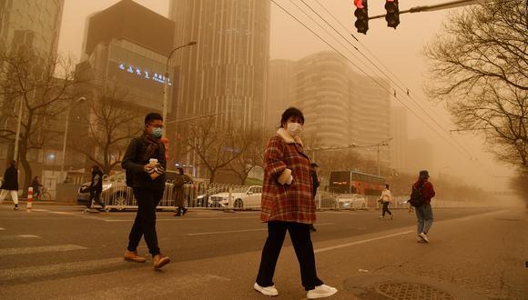 En ciertos puntos de la capital china la visibilidad alcanzó cotas tan bajas como los 300 metros. (Foto: GREG BAKER / AFP)