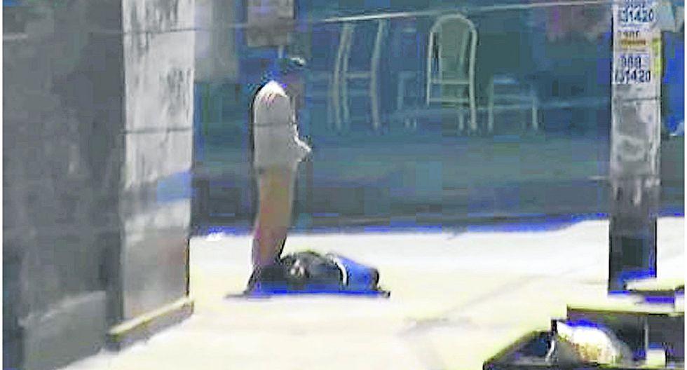 Cámaras captan a sujeto que intenta robarle pertenencias a mujer ebria