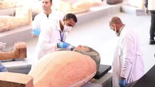 Arqueólogos presentaron un centenar de sarcófagos intactos en Egipto