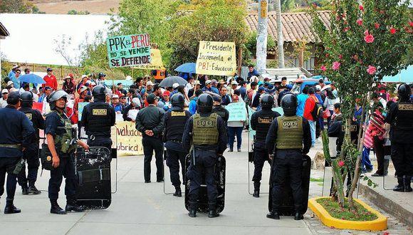 Maestros en huelga y Policía chocan en visita de PPK a Curahuasi