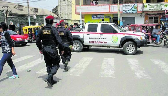 Tres hampones con pasamontañas y armas de fuego amenazaron a la propietaria y a un cliente para robar más de 1,000 soles.